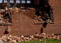 pembongkaran dinding tembok batu bata